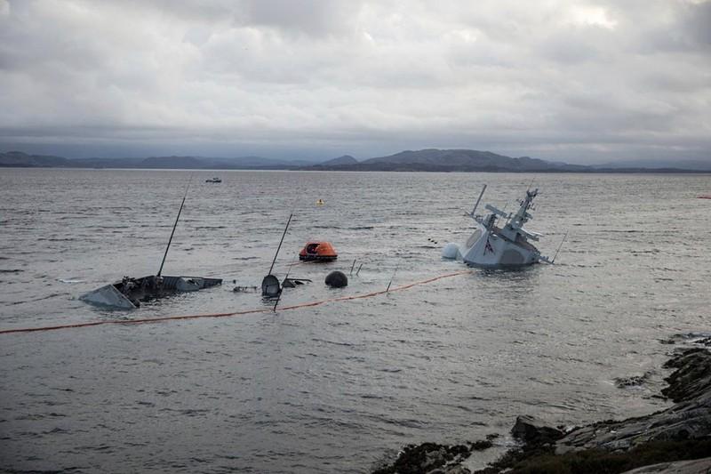 Na Uy bất lực nhìn tàu chiến chìm dần sau va chạm tàu chở dầu - ảnh 7