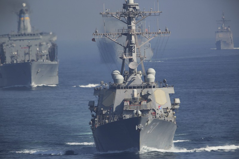 30 tàu Iran phóng rocket về phía tàu sân bay Mỹ ở vịnh Ba Tư - ảnh 1