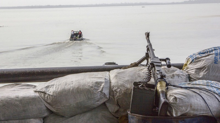 Cướp biển tấn công tàu hàng, bắt cóc 6 người Nga - ảnh 1