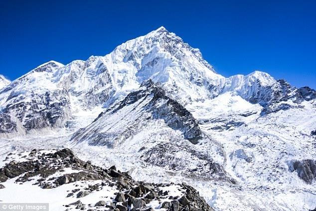 Băng tan trên đỉnh Everest để lộ ra hàng trăm thi thể - ảnh 1