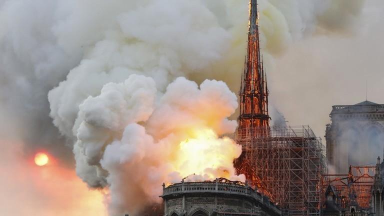 Pháp: Cháy lớn ở Nhà thờ Đức Bà Paris - ảnh 1