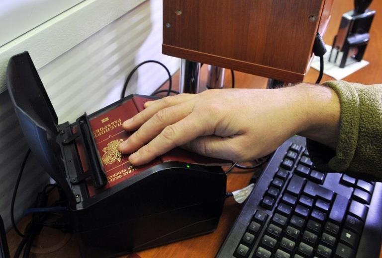 Ukraine coi hộ chiếu Nga cấp cho dân Donbass vô giá trị - ảnh 2