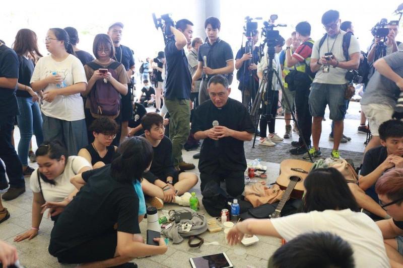 Lãnh đạo Hong Kong gửi lời xin lỗi chân thành, xin thêm cơ hội - ảnh 2