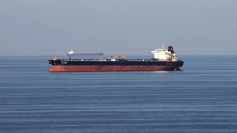 5 xuồng vũ trang Iran vây ráp tàu dầu Anh ở eo biển Hormuz - ảnh 1
