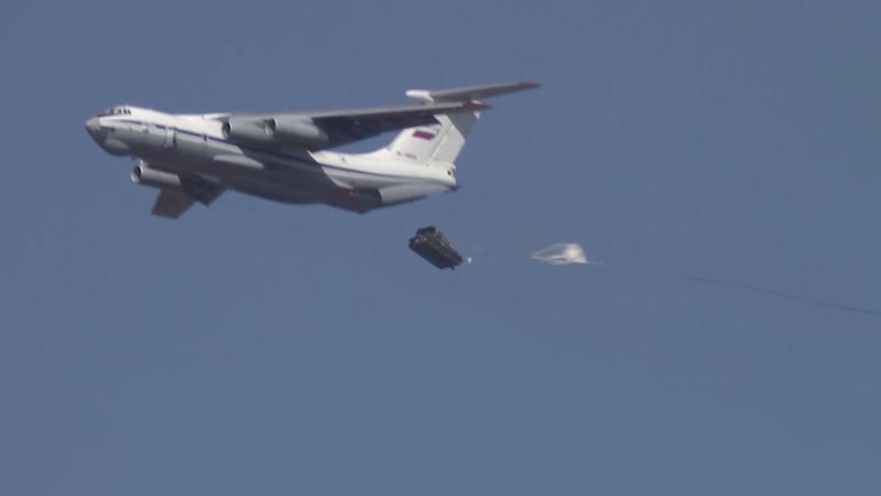 Video: 2 xe bọc thép Nga rơi xuống đất tan tành khi tập trận - ảnh 1