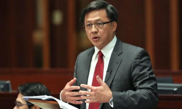 Nghị sĩ Hong Kong phản đối biểu tình bị đâm vào ngực - ảnh 1