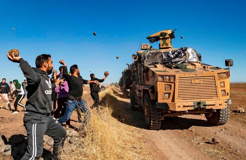 Người Kurd ném đá vào đoàn xe Nga-Thổ Nhĩ Kỳ tuần tra ở Syria - ảnh 1