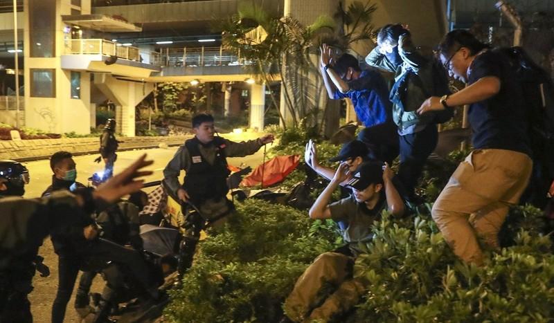 Hong Kong: Tìm thấy 40 quả bom xăng trong Trường Bách khoa - ảnh 3