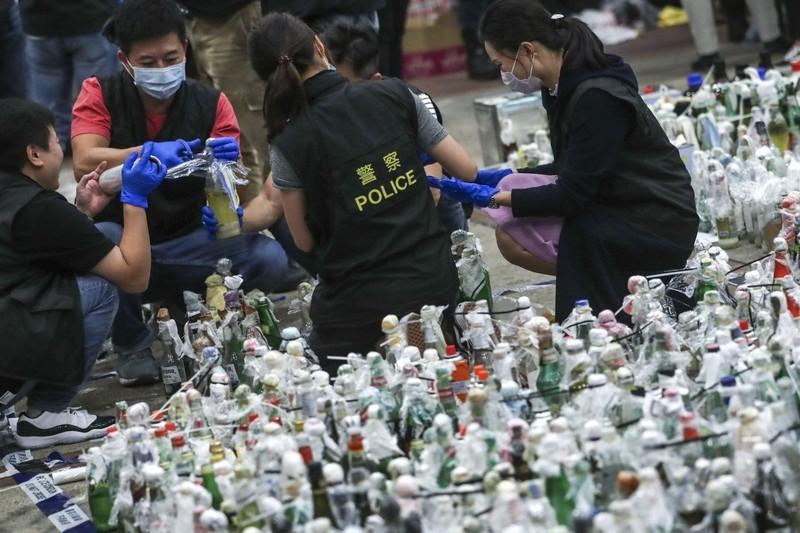 Hong Kong: Tìm thấy 40 quả bom xăng trong Trường Bách khoa - ảnh 1