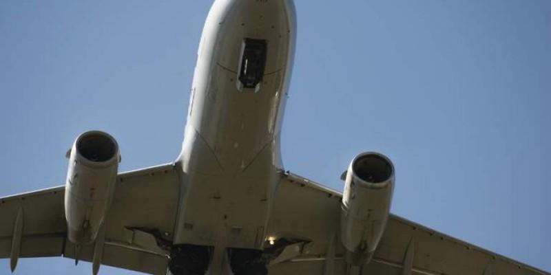 Máy bay Indonesia chở 9 người bị nã đạn lúc hạ cánh - ảnh 1