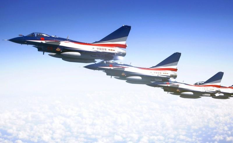 Trung Quốc hé lộ đội bay 'ba chàng lính ngự lâm trên bầu trời' - ảnh 3