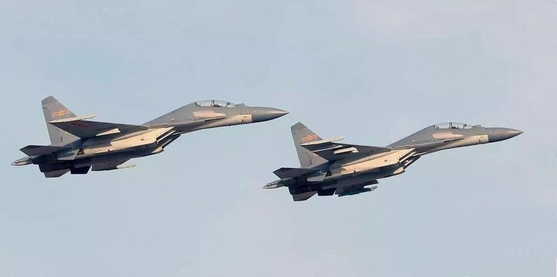 Trung Quốc hé lộ đội bay 'ba chàng lính ngự lâm trên bầu trời' - ảnh 2