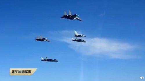 Trung Quốc hé lộ đội bay 'ba chàng lính ngự lâm trên bầu trời' - ảnh 1