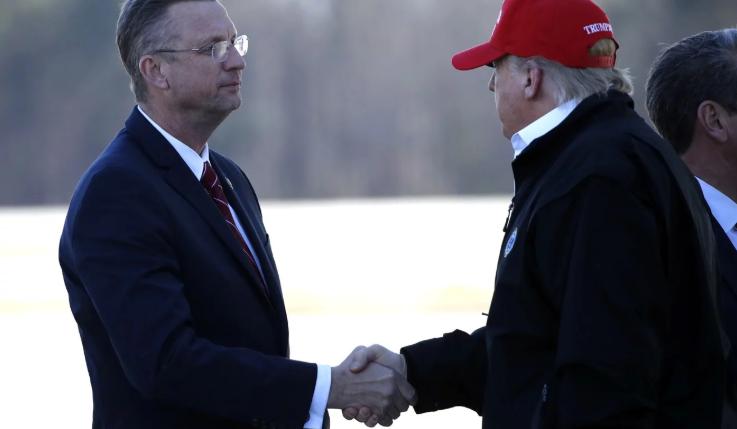 Ông Trump gặp 2 nghị sĩ nguy cơ nhưng chưa xét nghiệm COVID-19 - ảnh 1