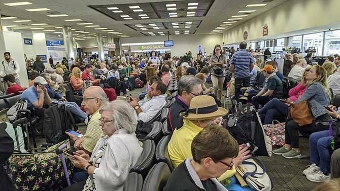 Dân từ châu Âu về kẹt cứng sân bay Mỹ chờ kiểm tra COVID-19 - ảnh 1