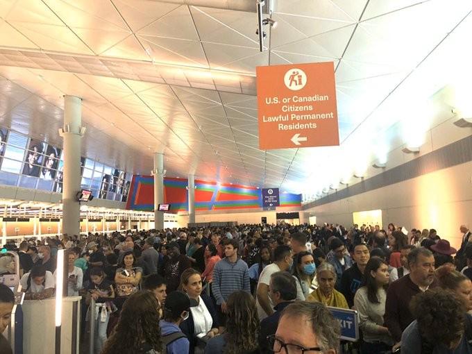 Dân từ châu Âu về kẹt cứng sân bay Mỹ chờ kiểm tra COVID-19 - ảnh 3