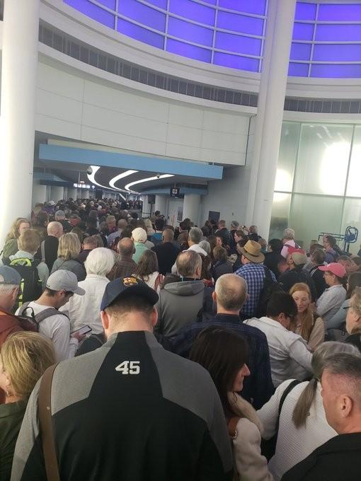 Dân từ châu Âu về kẹt cứng sân bay Mỹ chờ kiểm tra COVID-19 - ảnh 2