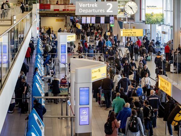 Dân từ châu Âu về kẹt cứng sân bay Mỹ chờ kiểm tra COVID-19 - ảnh 4