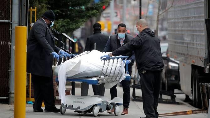 COVID-19 Mỹ: Hơn ngàn người chết 1 ngày, tính dừng bay nội địa - ảnh 1
