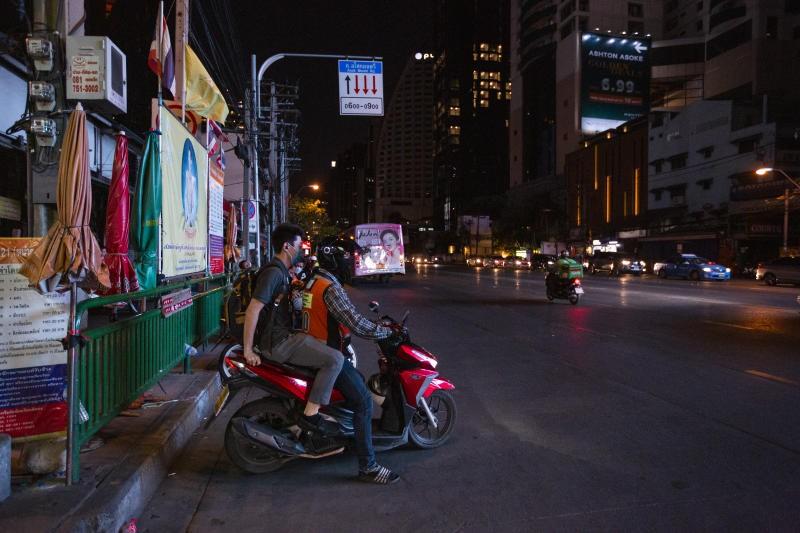 Đêm giới nghiêm toàn quốc đầu tiên ngăn COVID-19 ở Thái Lan - ảnh 2