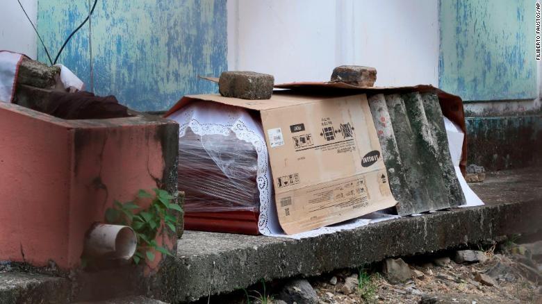 Ecuador: Thi thể nạn nhân COVID-19 bị bỏ mặc trên đường  - ảnh 1