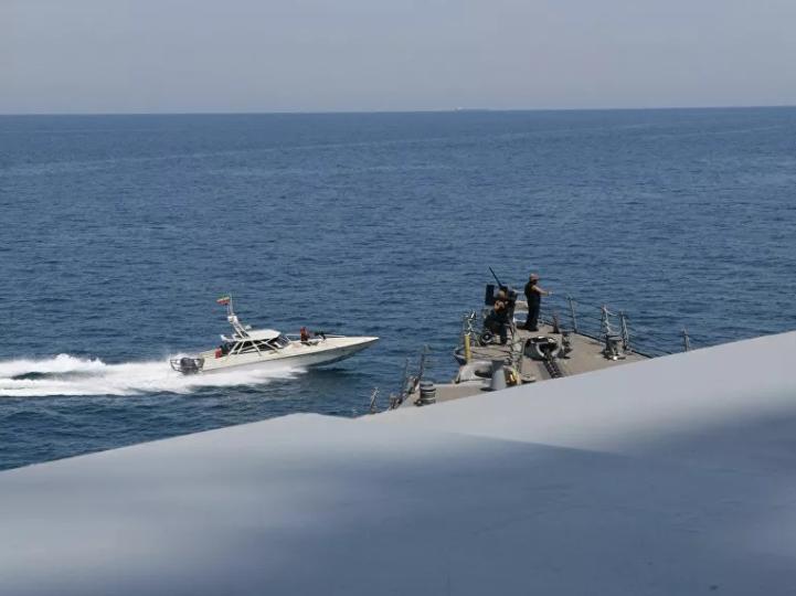 11 tàu Iran bị tố dàn trận bao vây tàu Mỹ ở vịnh Ba Tư - ảnh 1