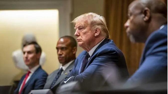 Ông Trump nói đang uống thuốc trị sốt rét để ngừa COVID-19 - ảnh 1