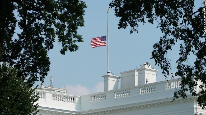 Ông Trump cho treo cờ rủ 3 ngày tưởng nhớ nạn nhân COVID-19 - ảnh 1