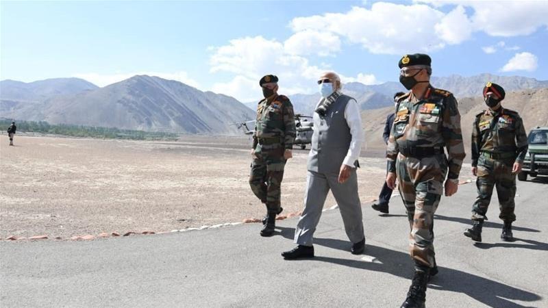 Thủ tướng Ấn Độ bất ngờ đến thăm căn cứ sát Trung Quốc - ảnh 1