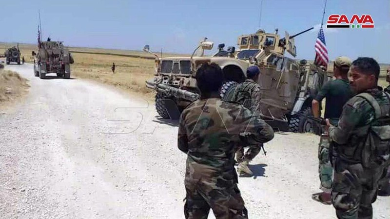 Bị quân chính phủ Syria chặn, đoàn xe quân sự Mỹ buộc quay đầu - ảnh 1