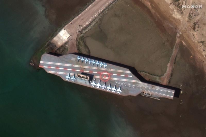 Iran đưa mô hình tàu sân bay Mỹ ra biển để tập trận đánh chìm? - ảnh 1