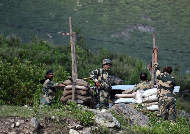 Ấn Độ điều 35.000 quân, 5 tiêm kích Rafale sát Trung Quốc - ảnh 1