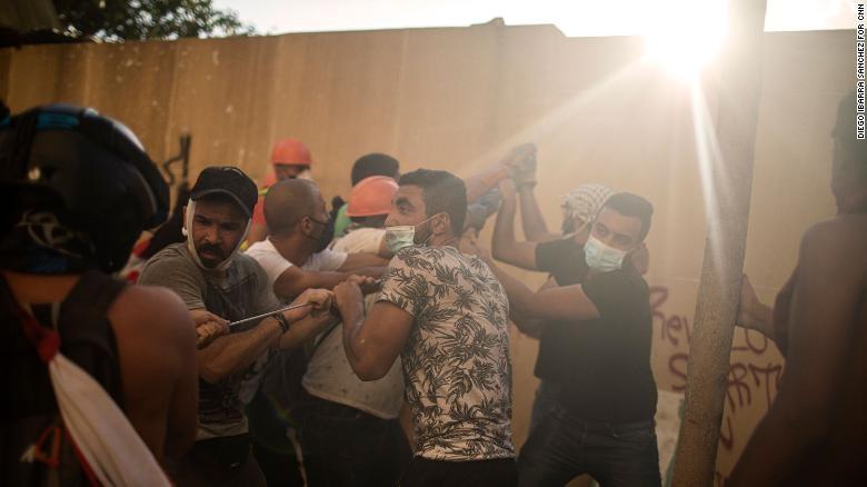 Lebanon: 10.000 người giận dữ chiếm hàng loạt trụ sở các bộ - ảnh 2