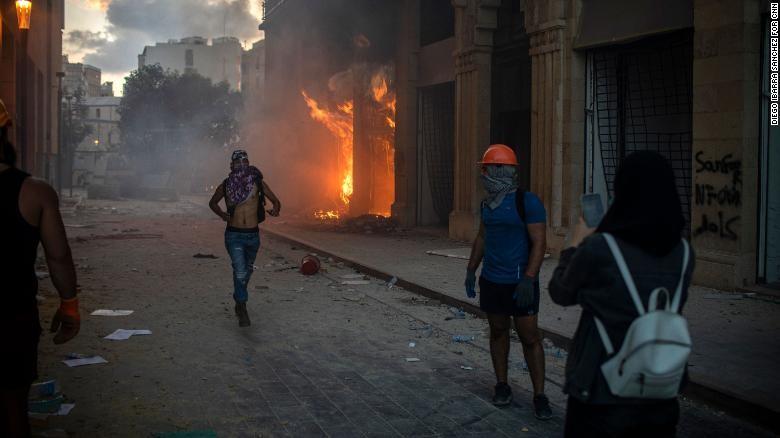 Lebanon: 10.000 người giận dữ chiếm hàng loạt trụ sở các bộ - ảnh 3