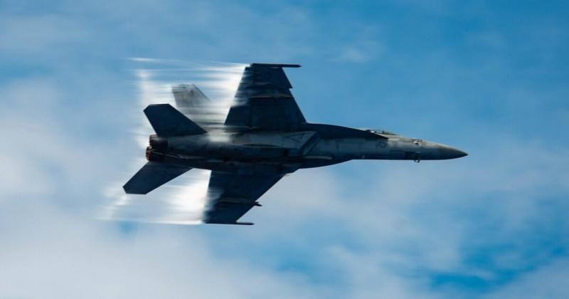Video: Tiêm kích Mỹ rơi khi diễn tập, phi công nhảy dù an toàn - ảnh 1