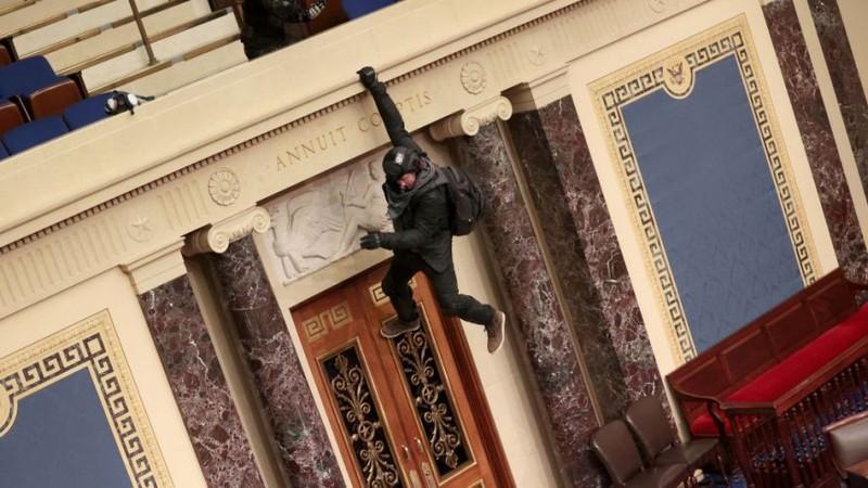 Người biểu tình trèo xuống ban công Điện Capitol nói xin lỗi - ảnh 1