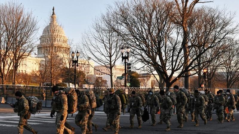Nghị sĩ Dân chủ mặc áo giáp tới lễ nhậm chức của ông Biden - ảnh 1