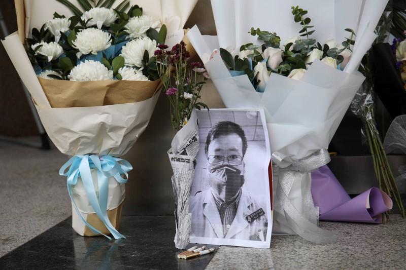 Dân Vũ Hán tưởng nhớ 1 năm ngày mất bác sĩ cảnh báo COVID-19 - ảnh 1