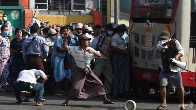 Myanmar: Nhóm ủng hộ quân đội đụng độ nhóm phản đối chính biến - ảnh 2