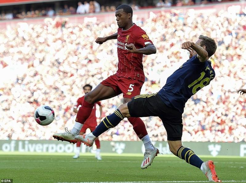 Salah lập cú đúp, Liverpool 'vùi dập' Arsenal chiếm ngôi đầu - ảnh 1