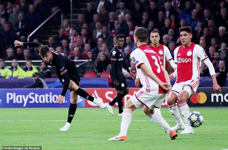 VAR cứu thua giúp Chelsea thắng kịch tính Ajax trên sân khách - ảnh 1