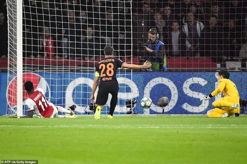 VAR cứu thua giúp Chelsea thắng kịch tính Ajax trên sân khách - ảnh 2