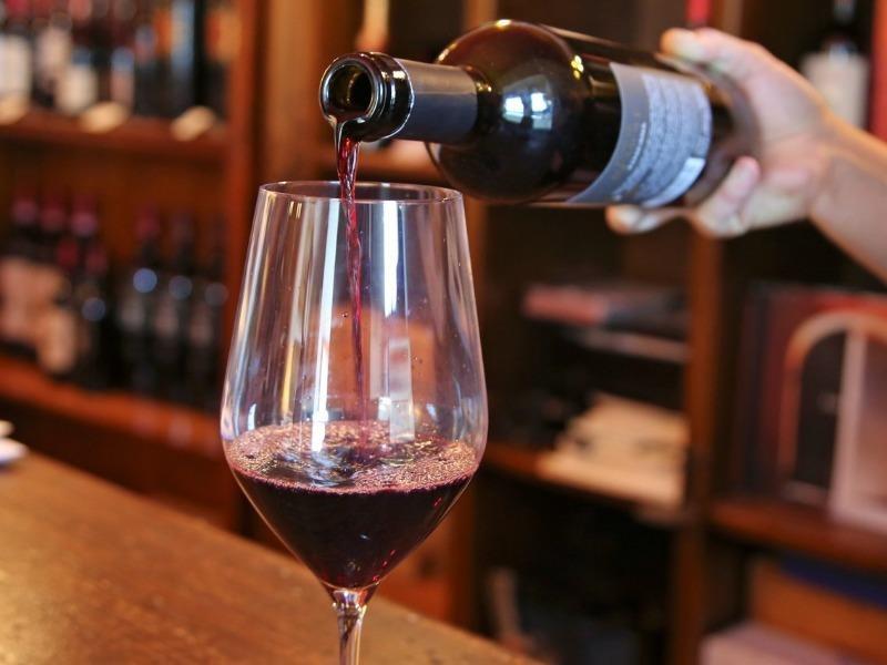 Uống 1 ly rượu vang mỗi ngày lợi hay hại? - ảnh 1