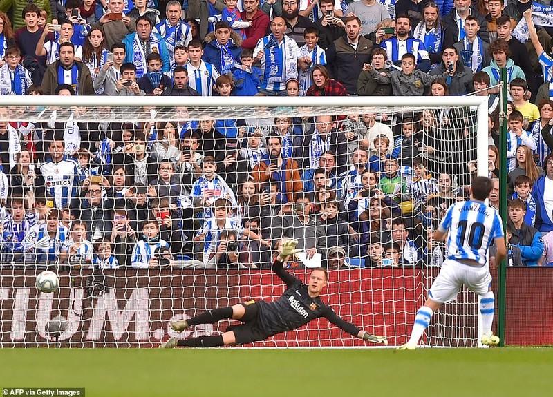 Chia điểm trên sân của Real Sociedad, Barca lung lay ngôi đầu - ảnh 2