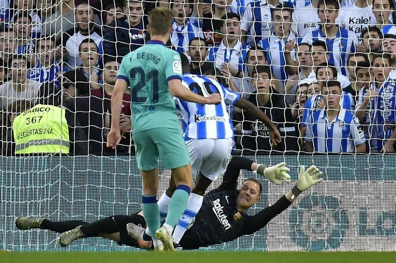 Chia điểm trên sân của Real Sociedad, Barca lung lay ngôi đầu - ảnh 5
