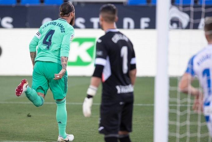 Real, Atletico cùng hòa, Sociedad may mắn dự Europa League - ảnh 1