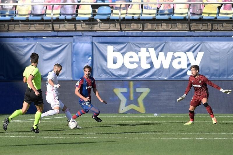 VAR, cột dọc từ chối bàn thắng, Real Madrid vẫn chiếm ngôi đầu - ảnh 4