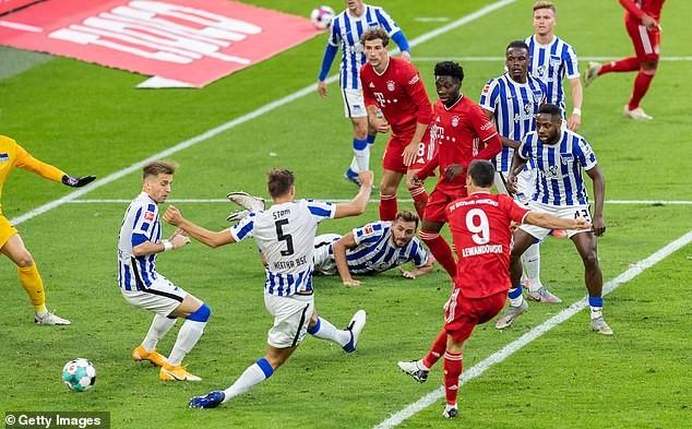 Lewandowski lập poker, Bayern thắng nghẹt thở phút bù giờ - ảnh 1