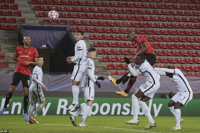 MU tạo 'mưa gôn' ở Old Trafford, Chelsea giành vé sớm - ảnh 2