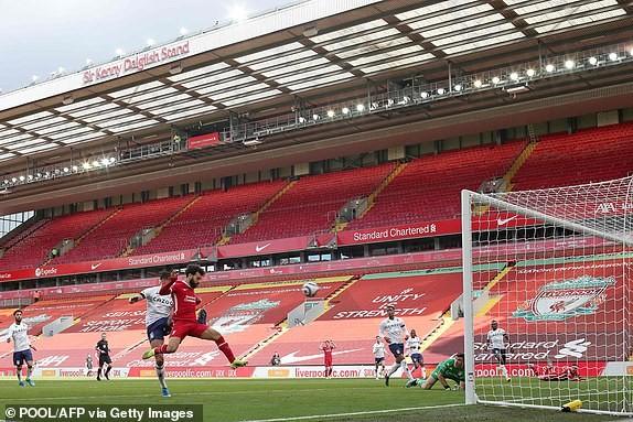 Hậu vệ lập công cuối trận, Liverpool lọt vào Top 4 - ảnh 4